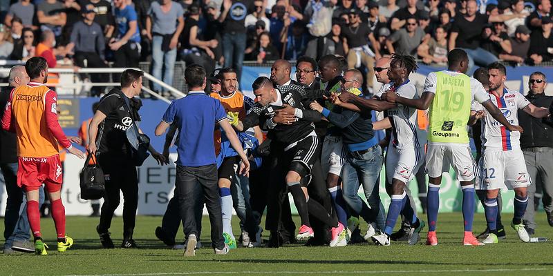 Ligue-1-Bastia-Lyon-arrete-apres-de-violents-incidents-entre-supporters-corses-et-joueurs-lyonnais