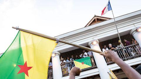 des-representants-du-groupe-500-freres-annoncent-la-signature-d-un-accord-avec-le-gouvernement-a-la-prefecture-de-cayenne-en-guyane-en-france-le-22-avril-2017_586