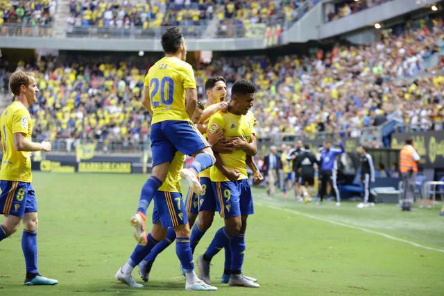 el_cadiz_celebra_el_gol_del_choco_lozano_ante_el_huesca_001